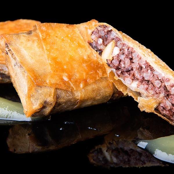Crujiente de morcilla de arroz, con queso de cabra, piñones y mermelada de manzana